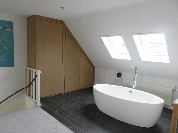 Zolder slaapkamer met ligbad